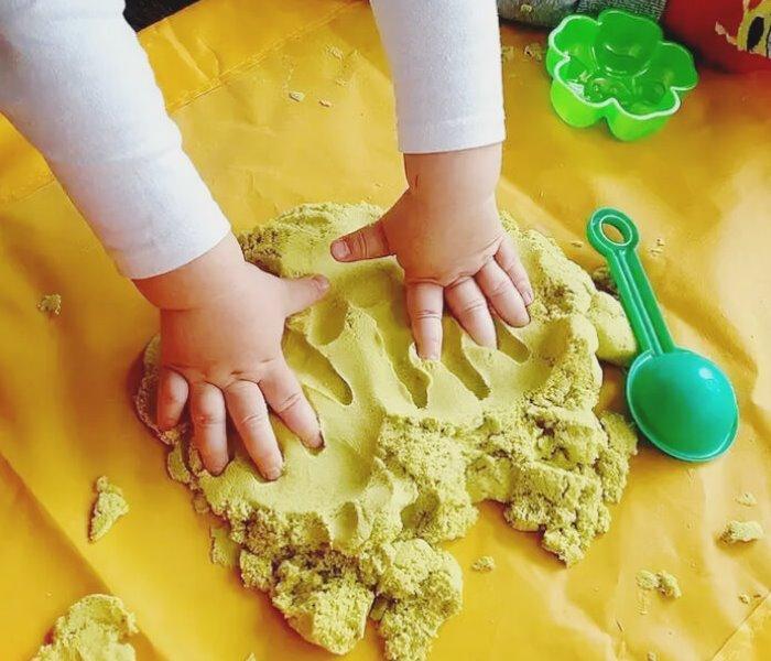 Ребенок играет в песок