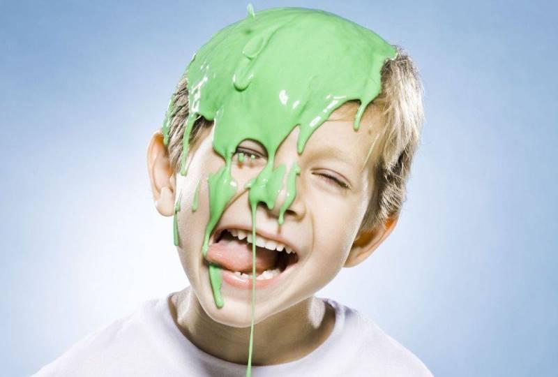 Ребенок ест лизун